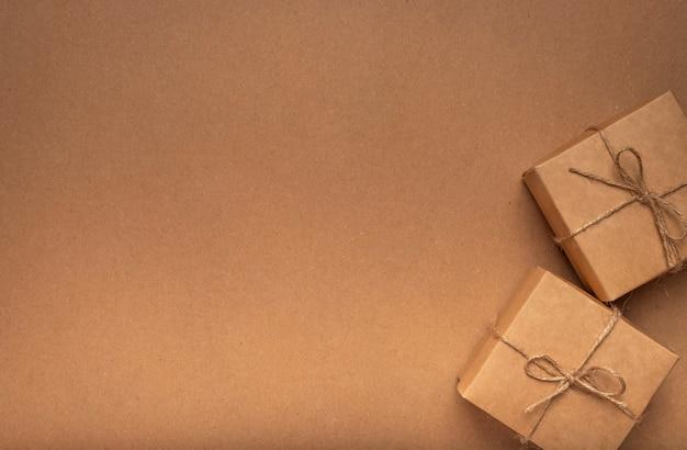 Эко фон текстуры крафт-картона с двумя подарочными коробками с местом для текста