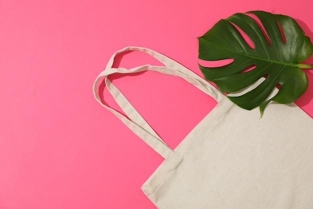 에코 백 및 팜 색 배경에 나뭇잎