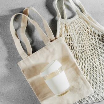 에코백과 재사용 가능한 커피잔. 지속 가능한 라이프 스타일. 플라스틱 무료 개념입니다.