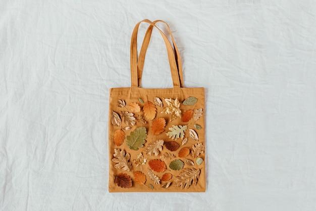 Эко-сумки с рисунком из осенних листьев. осенняя композиция. плоская планировка, вид сверху, копия пространства