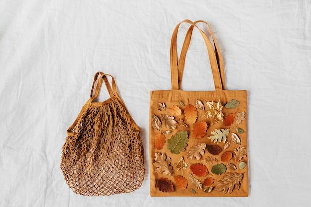 단풍으로 만든 패턴의 에코백. 가을 구성입니다. 평평한 평지, 평면도, 복사 공간