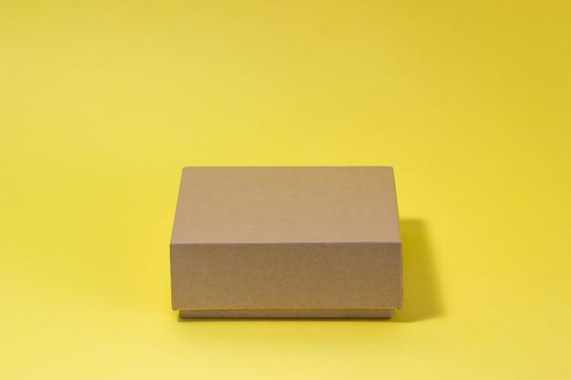 黄色の背景に分離されたエコボックス