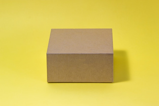 Эко-коробка, изолированные на желтом фоне