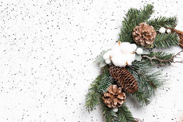 Эко рождественский венок на белом цементе. вид сверху.