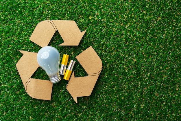 草の表面にエコ省エネ電球
