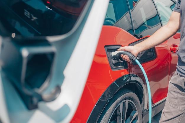 環境にやさしい代替エネルギーのコンセプト、充電ステーションでの自動電気自動車充電、エネルギー車