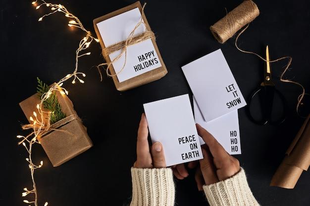 재활용 공예 종이와 최소한의 수제 인사말 카드로 포장 된 친환경 대체 녹색 크리스마스 선물