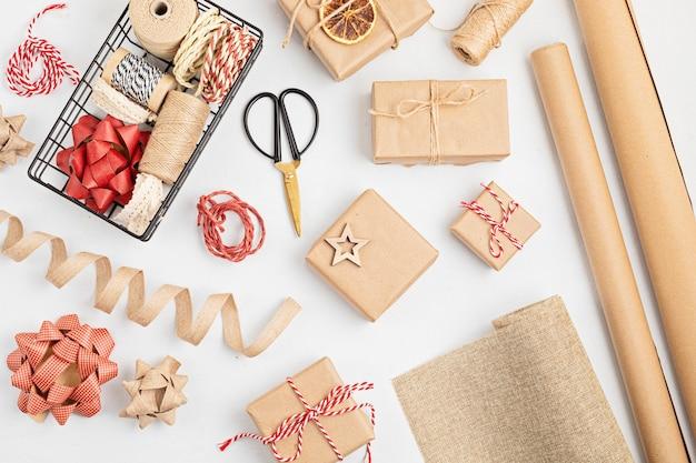 リサイクルクラフト紙で包まれた環境にやさしい代替グリーンクリスマスギフト