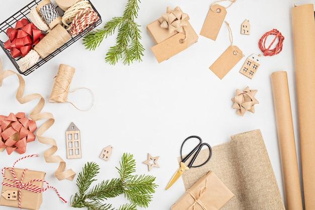 Экологически чистые альтернативные зеленые рождественские подарки, завернутые в переработанную крафт-бумагу
