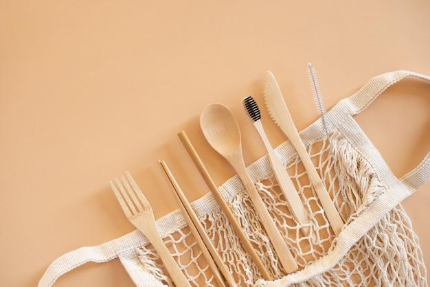 環境にやさしいバッグと竹製のカトラリーに歯ブラシをセットして、グリーンライフとゼロウェイストのコンセプトを実現しました。上面図。
