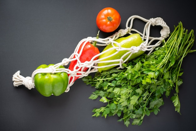 黒に新鮮な野菜が入った環境にやさしいバッグ。上面図