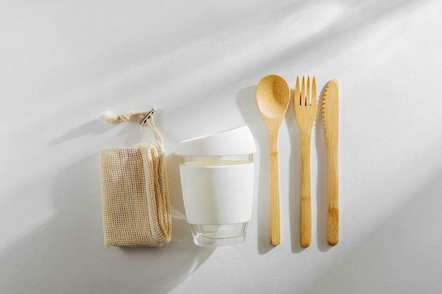 친환경 대나무 수저 세트와 재사용 가능한 커피 머그입니다. 폐기물 제로, 플라스틱이 없는 개념.