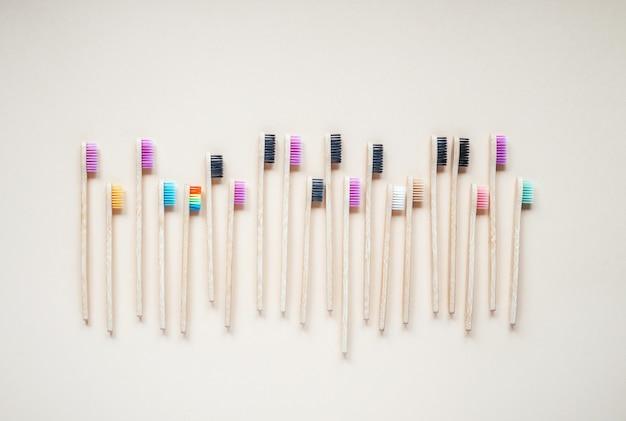 黒と紫の色の環境に優しい竹の歯ブラシ、ゼロウェイストコンセプトの歯科治療、持続可能なライフスタイル