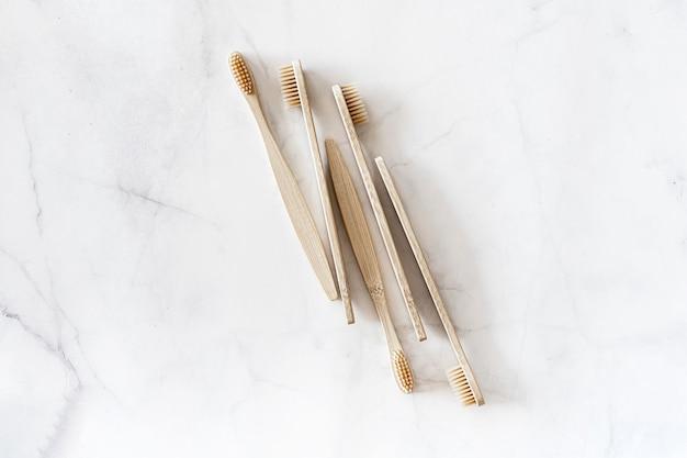Экологичные бамбуковые зубные щетки на мраморном фоне