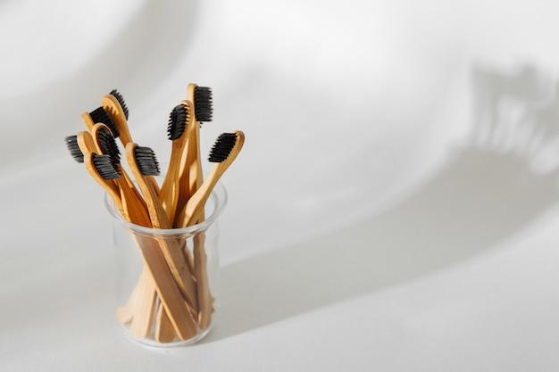 검은색 강모가 있는 친환경 대나무 칫솔, 흰색 바탕에 욕실 필수품. 폐기물 제로, 플라스틱이 없는 개념.