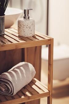 유기적이고 지속 가능한 재료로 만든 친환경 욕실 장식, 가정 장식 및 고급 인테리어 디자인 컨셉
