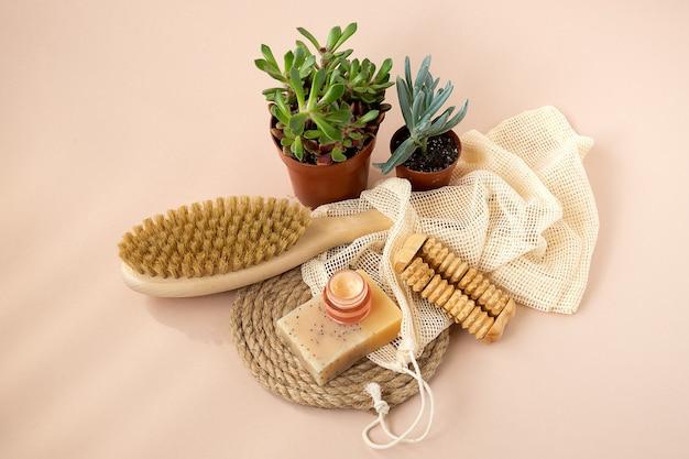 친환경 미용 제품, 천연 유기농 욕실 도구. 생태 피부 관리, 바디 트리트먼트 개념. 의식적인 미니멀리즘 비건 채식 라이프 스타일.