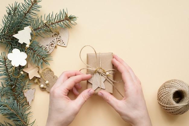 Set sail champagne 트렌드 2021을 배경으로 크리스마스 선물용 친환경 크리스마스 및 제로 폐기물 공예 종이 포장.