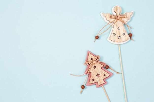 自然の木製素材、天使とクリスマスツリーの図からの環境に優しいクリスマスのおもちゃ