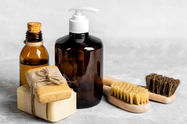 Prodotti per la pulizia ecologici con saponi, spazzole e soluzione