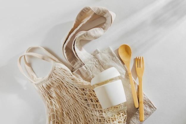環境にやさしい。布製ショッピングバッグ、竹製カトラリー、再利用可能なコーヒーマグ。