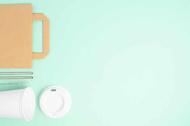 디자인, 빨대, 갈색 종이 봉지, 라벨, 모자, 녹색에 공간 복사, 폐기물 제로를위한 친환경 커피 템플릿