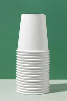 Экологичные чашки в стопках, вид спереди