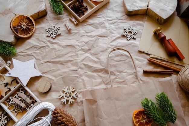 Экологически чистые украшения с крафт-бумагой и деревянными игрушками