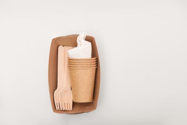 環境に優しい使い捨てピクニックセットの木と紙