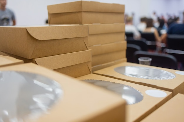 ファーストフード用の環境にやさしい使い捨て食器、プラスチック製のフリーライフスタイルの空の環境にやさしい持ち帰り用フードボックスのコンセプト。