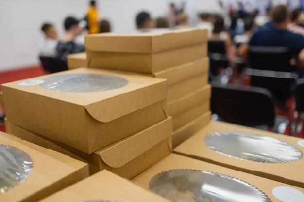 ファーストフード用の環境にやさしい使い捨て食器、プラスチック製のフリーライフスタイルの空の環境にやさしい持ち帰り用フードボックスのコンセプト。 Premium写真