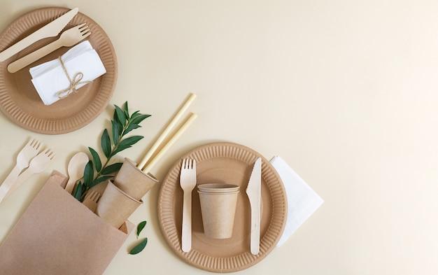 베이지 색 종이로 만든 친환경 일회용 식기