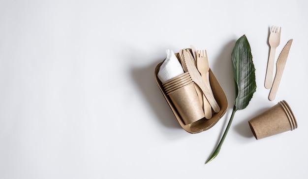 Utensili usa e getta ecologici realizzati in legno di bambù e carta vista dall'alto. il concetto di salvare il pianeta, il rifiuto dello sfondo di plastica
