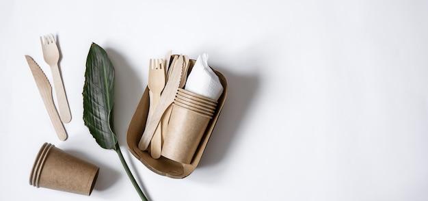 Utensili usa e getta ecologici realizzati in legno di bambù e carta vista dall'alto. il concetto di salvare il pianeta, il rifiuto della plastica.