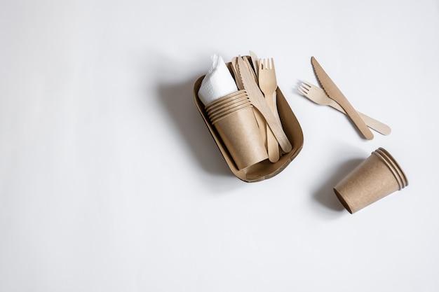 竹の木と紙で作られた環境に優しい使い捨て器具。フラットレイ