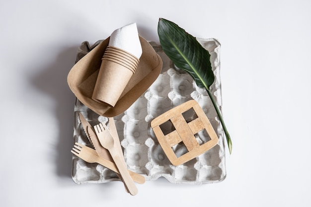 竹の木と紙で作られた環境に優しい使い捨て器具。プラスチックフリーで廃棄物ゼロのコンセプト。フラットレイ