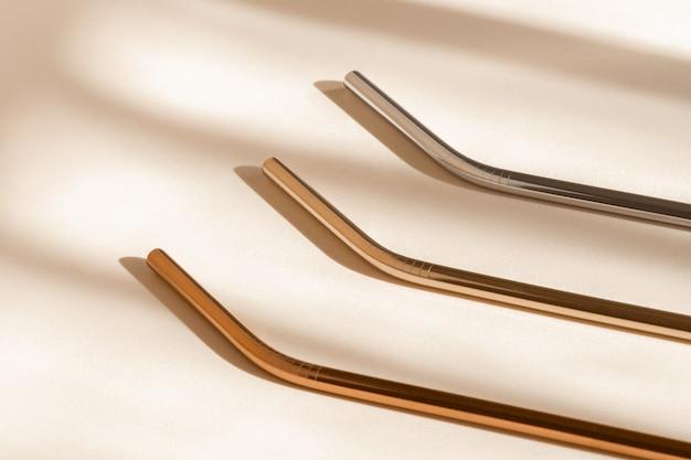 Экологичные соломинки для питья из алюминия или нержавеющей стали, многоразовая соломка без отходов на нейтральной бежевой поверхности