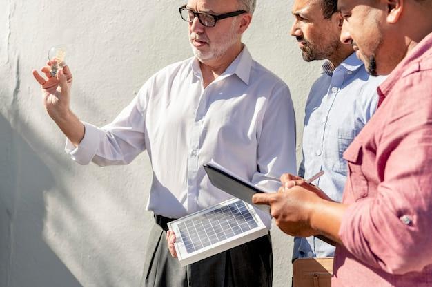 태양광 패널을 갖춘 친환경 엔지니어링 팀