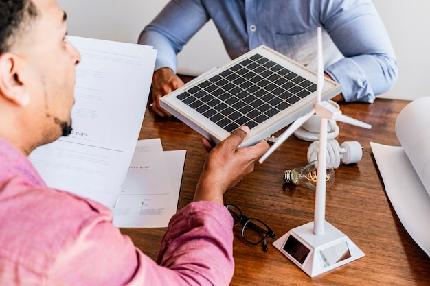 태양광 프로젝트를 진행 중인 친환경 엔지니어링 팀
