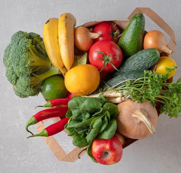 Экологичная пищевая сумка. продуктовый мешок, полный органических продуктов. вид сверху, экологически чистый магазин.