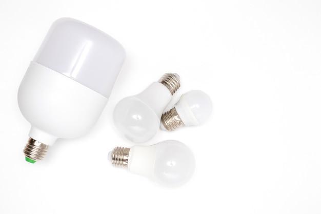 Экологичные светодиодные лампочки на белом фоне.