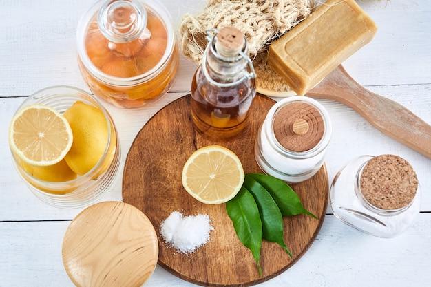 친환경 천연 세제 : 베이킹 소다, 비누, 식초, 소금, 커피, 레몬 및 나무 테이블 브러시