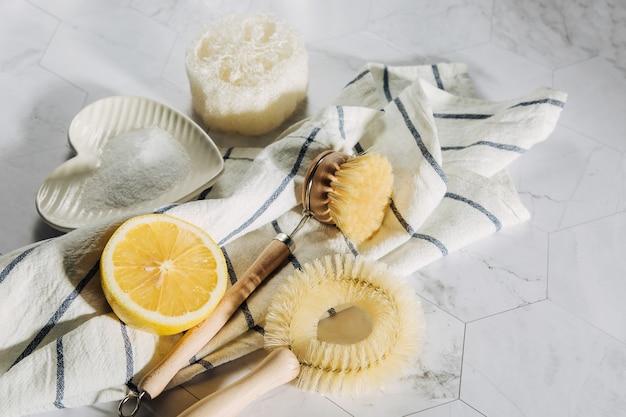 친환경 천연 청소 도구 및 제품, 대나무 접시 브러시, 레몬, 베이킹 소다. 제로 폐기물 개념입니다. 플라스틱 무료.