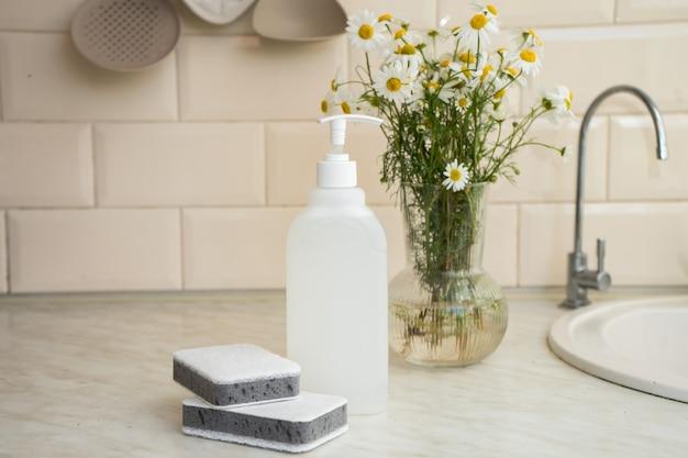 Экологичное нетоксичное мыло для посуды с цветками ромашки чистые белые тарелки