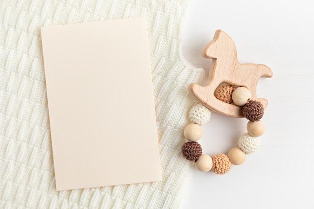친환경 유기농 신생아 이빨과 빈 카드 모형. 베이비 샤워 초대장, 인사말 카드, 브랜딩, 로고 템플릿. 평평한 평지, 평면도