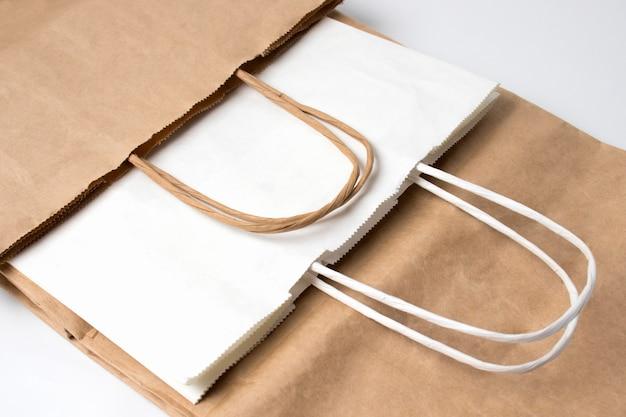 Экологичные бумажные пакеты для упаковки продуктов питания в супермаркетах. сумка для покупок. спасем планету. концепция стиля жизни без пластика