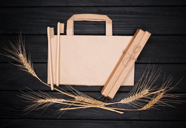 Экологически чистые продукты бамбуковая зубная щетка, бумажный пакет и колоски