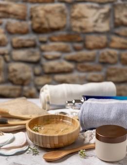 대리석 테이블에 있는 피부 및 바디 케어를 위한 친환경 재사용 액세서리 및 천연 화장품