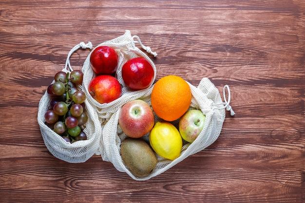Экологичные простые бежевые хлопковые сумки для покупок овощей и фруктов с летними фруктами.