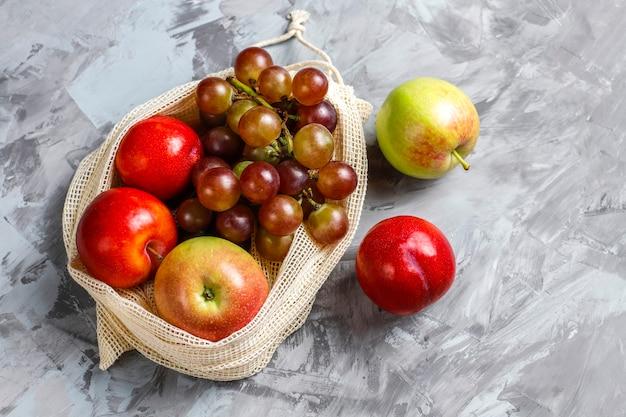 Экологичные простые бежевые хлопковые хозяйственные сумки для покупок овощей и фруктов с летними фруктами.